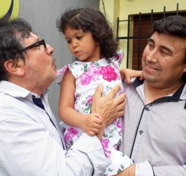 Jaime y Osvaldo: dos papás del corazón para la pequeña María Ester Elena